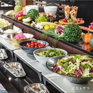 ディナーブッフェでは、和・洋・中の多彩なメニューをご用意。