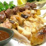 手羽先唐揚 鳥良 - 手羽先唐揚のみならず、串焼も自慢の一品。鶏にこだわる「鳥良」ならではの味をご堪能ください。
