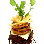 ケープコート - 大きなハンバーグ BBQソース チーズとフライドオニオン&ポテト添え