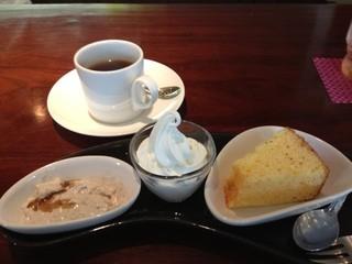 Kitchen Cafe Chimney - 本日デザート3点盛りは、黒ごまきな粉と豆乳のブラマンジェ、ソフトクリーム、オレンジ風味シフォンケーキです。