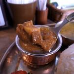 Spice食堂 - 中にはマトンのお肉がこれでもかというくらいゴロゴロ入っている。