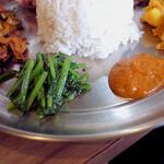 Spice食堂 - 右:ゴルベラ・コ・アチャール 左:サブジ(サグブテコ)