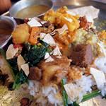 Spice食堂 - 最初はそれぞれのおかずを楽しんで、最後はいろいろ混ぜ合わせて豪快に食べる!!
