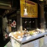 鳥新 本社小売部 - 串焼きコーナーの様子。