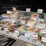 鳥新 本社小売部 - 惣菜コーナーの様子。