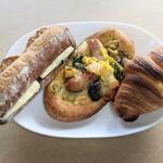 平野パン - 左から あんバター、惣菜パン、クロワッサン