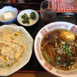 中華料理 北京亭 - 料理写真:五目チャーハンと半ラーメン 880円(税込)