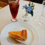 アート・アーカイブス - 料理写真:ケーキセット700円  (..) 本日のケーキは  ザンネンな アップルパイでした