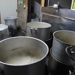 博多ラーメン とんこつ家 - 店舗の一角にある「スープ製造室」には、何本もの寸胴が。