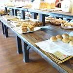 銀亭 北軽井沢店 - 沢山のパンが並ぶ店内