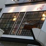 w.e. Restaurant&Bar - 歩道から見上げたら素敵な窓があります