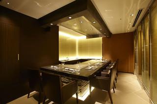 鉄板焼 やまなみ - 光をテーマにしたモダンな雰囲気の個室