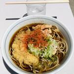 川村屋 - 真夏の容赦ない直射日光の中、アツアツの蕎麦を啜るドМのラッコ