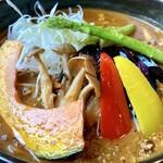 菊すけ - デフォのカレーから400円チョイ+で野菜でスープカレー並みにバエるww