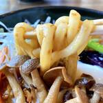 菊すけ - うどんは、自家製麺らしくしっかりコシありで小麦感楽しめますね。
