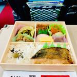 駅弁屋 頂 - ◎おかずの中で特に「内藤とうがらし」を使った椎茸煮と佐久の安養寺味噌を使った鮭の味噌焼きは美味い!