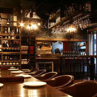 クラシックな雰囲気の店内で、美味しいワインと料理をお楽しみ下さい