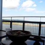 キネマ館 - 海側のカウンター席にて
