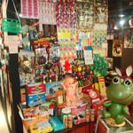 昭和大衆酒場 てくてく屋 - 童心に返るなつかしのおもちゃコーナー。