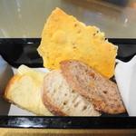 アルマーニ リストランテ銀座 - パン4種類 ポテトのフォカッチャ、天然酵母のバゲットetc.