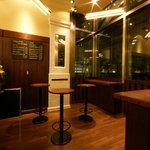 バツ - 立ち飲みスペースでは生ビールもグラスワインも400円~。ただでさえ安いのにさらにお安くなっています!