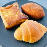ハレビノ - 料理写真:塩パン、ブルーベリーとマスカルポーネのフレンチトース、お肉のカレーパン