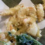 ほづみ 松琴亭 - かき揚げは小海老がゴロゴロと。プリプリで美味しいです。イカもいたかな。