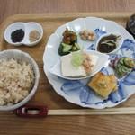 トンタン茶房 - 玄米プレートの前菜盛合せ