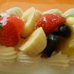 パティスリー カンジュ - ロールケーキにトッピングされているフルーツ