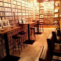 グイットーネ - 【深夜11時からの営業】MUSIC BAR。壁一面CDとレコードジャケットに囲まれています。ワクワクの空間で飲んで楽しめます。終電乗り遅れたらこれからグイットーネだね!