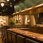 グイットーネ - レストランフロアの店内は、調理風景が眺められるカウンターのお席や、ゆったりとくつろげるテーブル席をご用意。シーンに合わせてご利用いただけます。