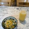 よろずや - 料理写真:セットのサラダとジュース(オレンジ)('21/08/08)