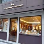156089418 -                          お店に入ると、スタッフさん2名がお出迎えです。                                              店内は、ブティックのような…                       ジュエリーショップのような、華麗な店構え。