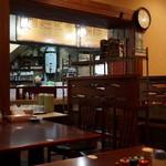 八福 - 店内、カウンターとテーブルがあり、広いです。