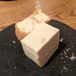 156092213 - 美味しい豆腐、揚げたて厚揚げ
