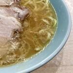 横濱ラーメン あさが家 - 鶏油たっぷりで旨味の強いスープ。