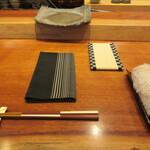Sushiasaumi - 席、中央の畳コースターはスマホ置き