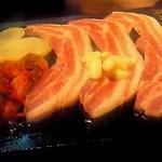 15615235 - オンドルの上の豚肉・キムチ・ニンニク