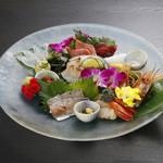 Sushi&Bar 琴 - 旬ものを厳選したお刺身の盛り合わせは、毎日築地からの直送です。(※仕入れの状況により、お写真と内容が異なる場合がございます。お問い合わせ下さい)