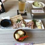 とんかつ串かつ春日 - 突出しの大根の天ぷら、鶏刺し、キャベツ(^-^)