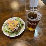 鮪一 - 料理写真:サービスのサラダにウーロン茶♪
