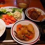 旬工房 くら - 1巡目!生野菜が新鮮でした。これはイイですね。何気に肉じゃがもgood!上の小皿はとろろです。途中でごはんにかけました。