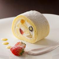 紫陽花珈琲 - 自家製スイーツの【フルーツロールケーキ】です。