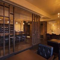 紫陽花珈琲 - 2F店内。木と珪藻土で落ち着いた空間となっております。