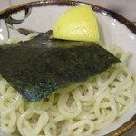 神田ラーメン わいず - つけ麺には海苔とレモンが載っています