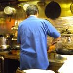 おやじの厨房飲楽食朗 - 鍋を振るご主人
