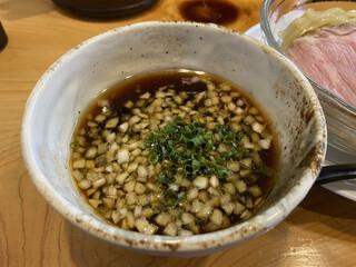 中華そば おしたに - 冷たい煮干しつけそば 900円 めん大盛り+150円のつけ汁(2021年8月) すこし酸味?があってスッキリいただける。