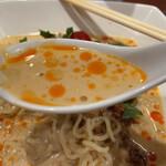 美華園 - 冷し担々麵(サービスライス付)ウィング新橋限定 1,280円のスープのアップ