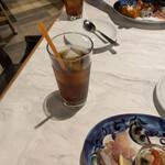 156252802 - ランチセットの烏龍茶と前菜
