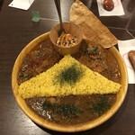 156262860 - 三角関係/左上:豚肩ロースのヴィンダルゥ・下:煮干し出汁と帆立のカリー・右上:野村さん家のチキンカリー(1,320円)